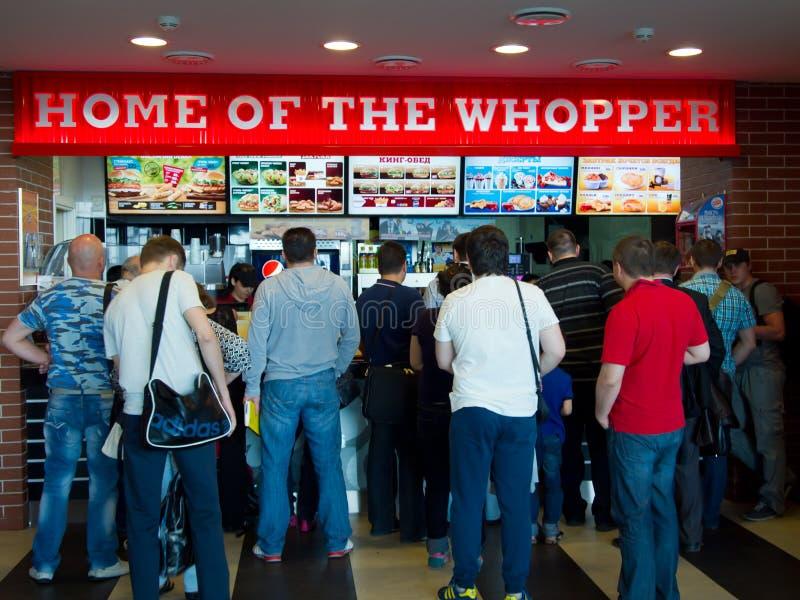 Linia ludzie stoi w cukiernianym Burger King przy lotniskowym Vnukovo, Moskwa obraz stock