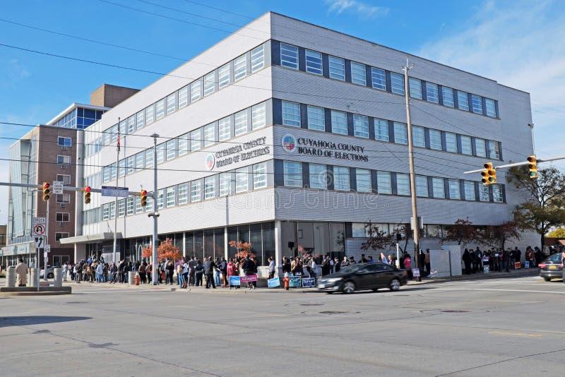 Linia opakunki wokoło Cuyahoga okręgu administracyjnego deski wybory podczas wczesnych połowa semestru wyborów obrazy stock