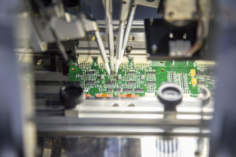 Linia produkcyjna elektroniczna deska z mikroukładem zdjęcie royalty free