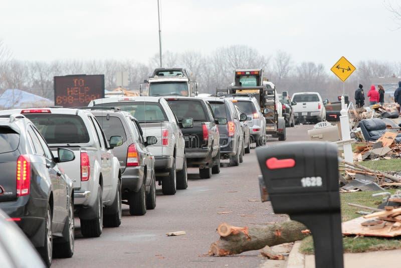 Linia samochody Leje się W Zniszczonego sąsiedztwo obraz stock
