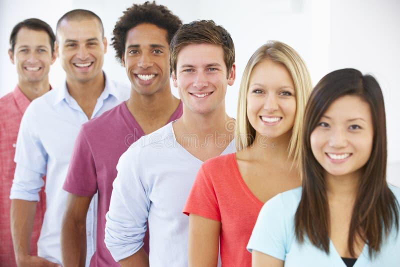 Linia Szczęśliwi I Pozytywni ludzie biznesu W Przypadkowej sukni obraz stock