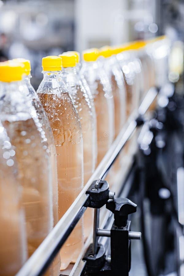 Linie auf Fabrik mit Sodawasser lizenzfreies stockfoto