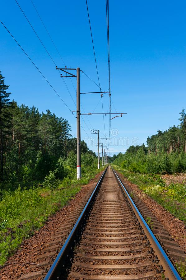 Linie der eingleisigen Eisenbahn an einem klaren sonnigen Tag Wei?er Hintergrund lizenzfreie stockfotografie
