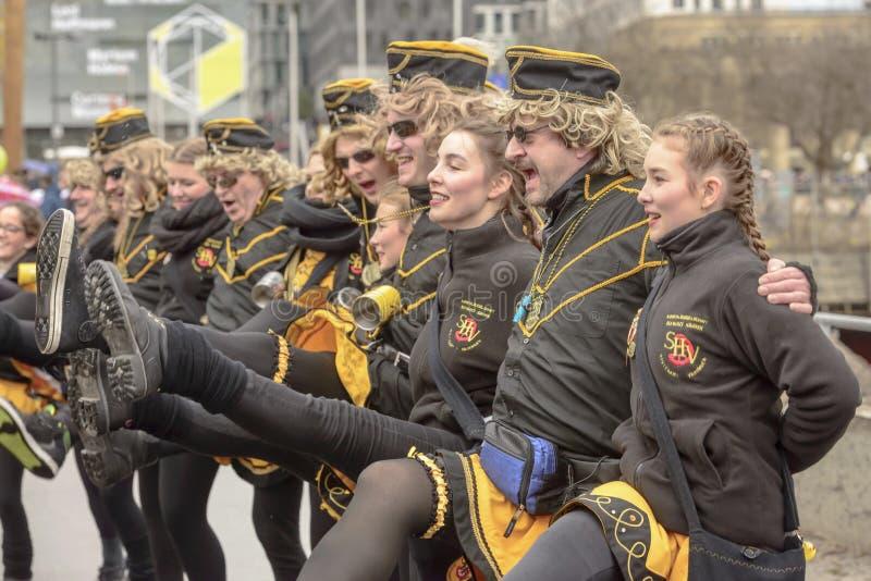Linie an der Karnevalsparade, Stuttgart tanzen und schreiend lizenzfreie stockbilder