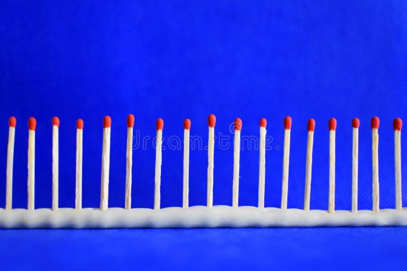 Linie des roten unbenutzten Sicherheitsmatches auf Blau stockfotografie