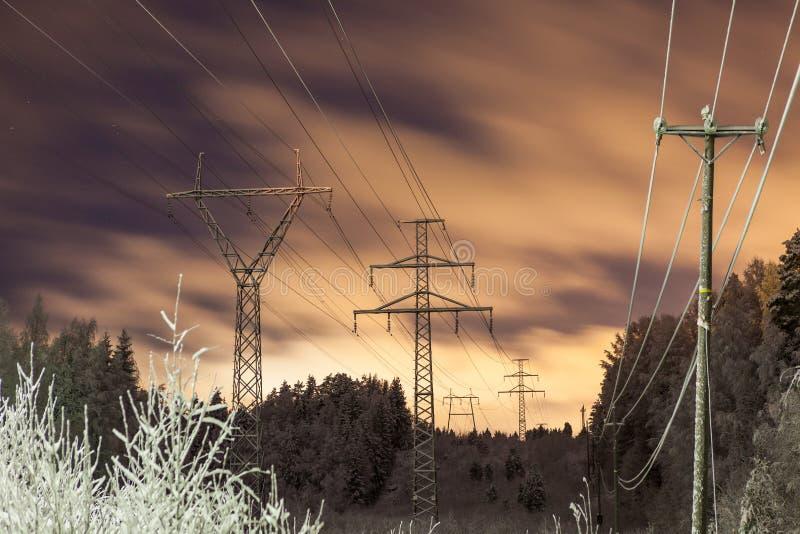 Linie energetyczne i kolor żółty chmurnieją przy nocą zdjęcie stock
