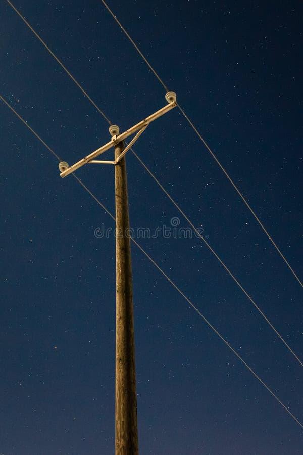 Linie energetyczne i nocne niebo fotografia stock