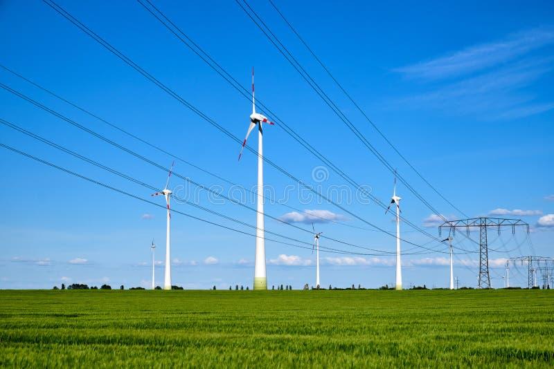 Linie energetyczne i wiatrowi silniki zdjęcia stock