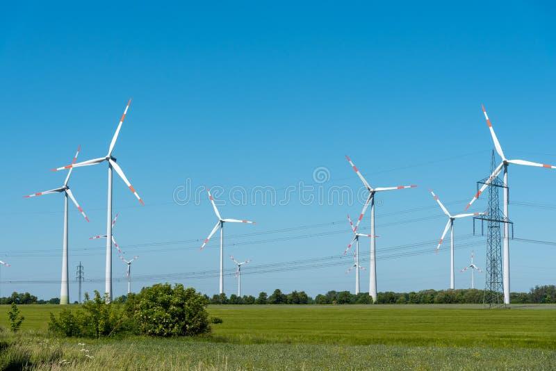 Linie energetyczne i wiatrowi silniki zdjęcia royalty free