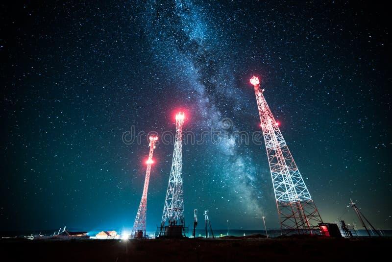 Linie energetyczne przeciw nocnego nieba i milky sposobu galaxy fotografia royalty free