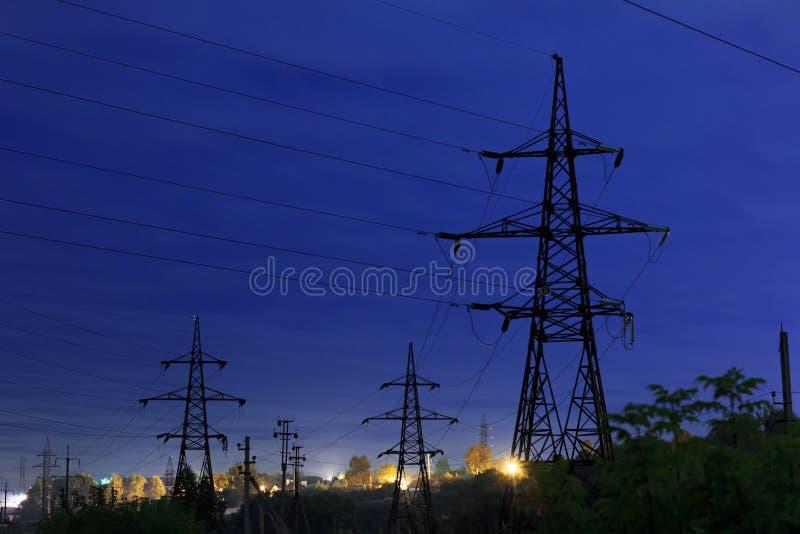 Linie energetyczne przeciw nocnemu niebu zdjęcia royalty free