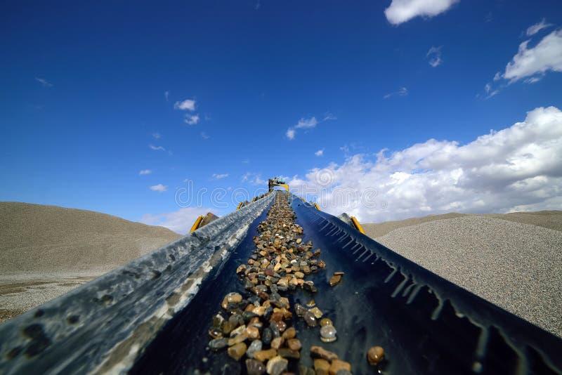 Linie für den Stein, der in einem Bergbausteinbruch zerquetscht stockfoto