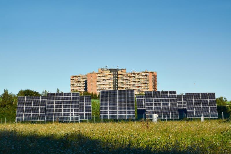 Linie große Sonnenkollektoren auf der Natur stockfotos
