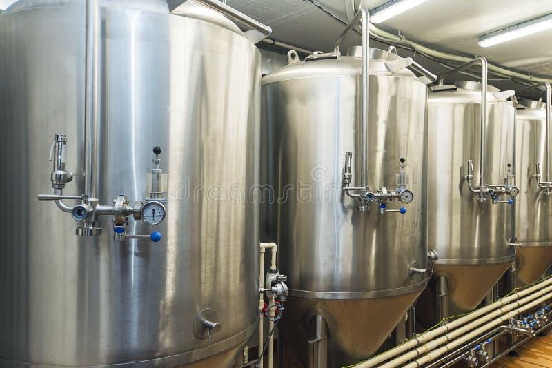 Linie metalowych zbiorników w browarze nowoczesnej Sklep z obiektami browarniczymi Proces produkcyjny chleba Tryb obraz royalty free