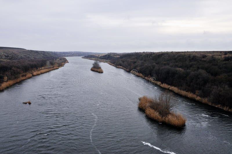 Linie Schiffe auf einem abgekühlten Fluss lizenzfreie stockfotos