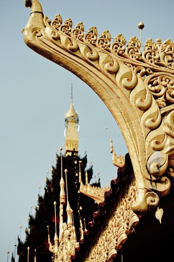 Linie-thailändisch auf Tempeldach auf Myanmar lizenzfreie stockfotos