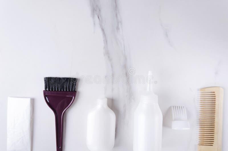 Linie von Friseurwerkzeugen für Färbungshaar auf weißer Oberfläche Konzept des Vorbereitens für Färbungshaar Draufsicht und leere stockfoto