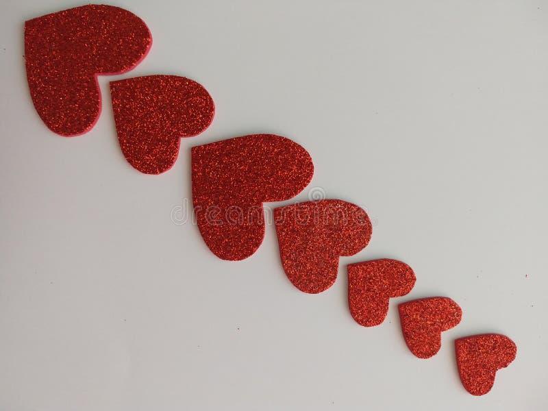 Linie von hellen Herzen stockbilder