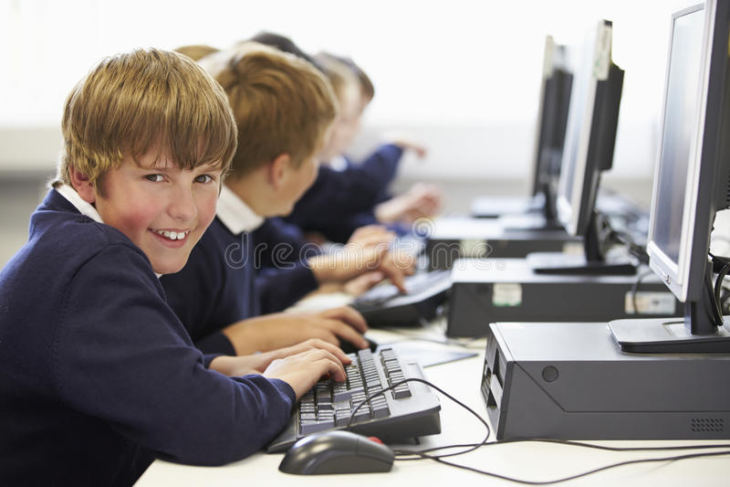 Linie von Kindern in der Schulcomputer-Klasse lizenzfreies stockbild