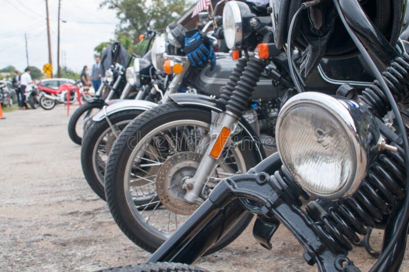Linie von klassischen Café-Rennläufer-Motorrädern lizenzfreie stockfotos