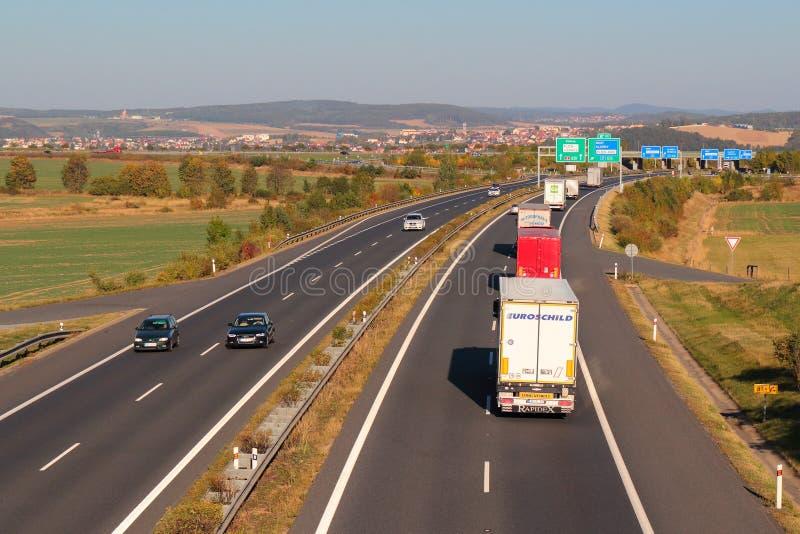 Linie von LKWs auf der Autobahn lizenzfreie stockfotografie