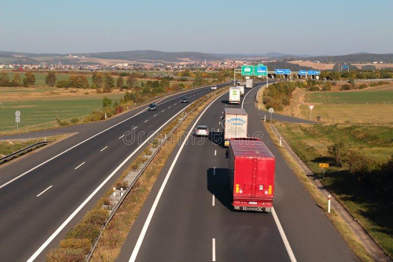 Linie von LKWs auf der Autobahn stockfotografie
