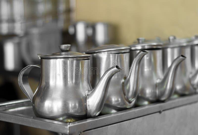 Linie von Teetöpfen lizenzfreies stockfoto
