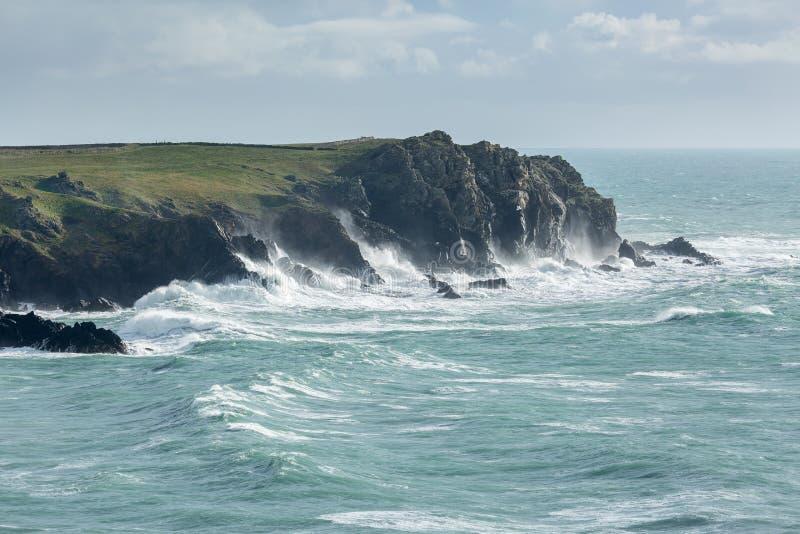 Linii brzegowych wichury wzdłuż niewygładzonych falez Cornwall, blisko oszałamiająco Kynance zatoczki obraz royalty free