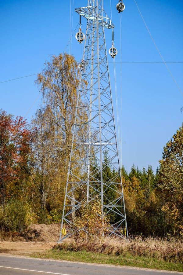 linii energetycznej elektryczności słupy w kraju fotografia stock