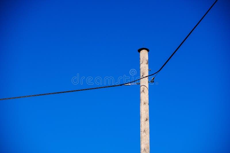 linii energetycznej elektryczności słupy w kraju fotografia royalty free