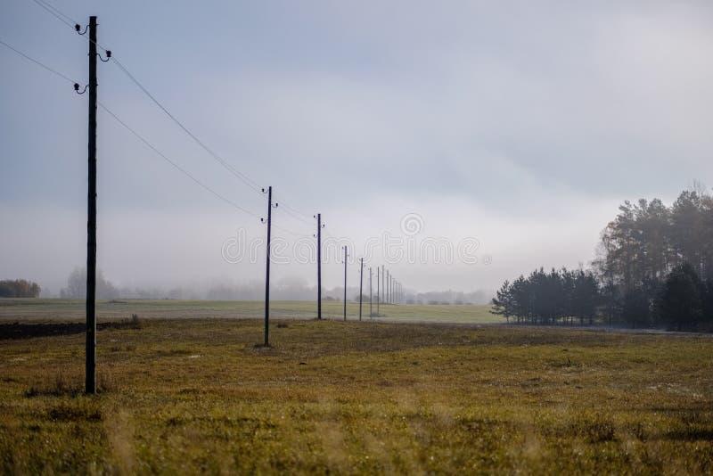 linii energetycznej elektryczności słupy w kraju obrazy stock