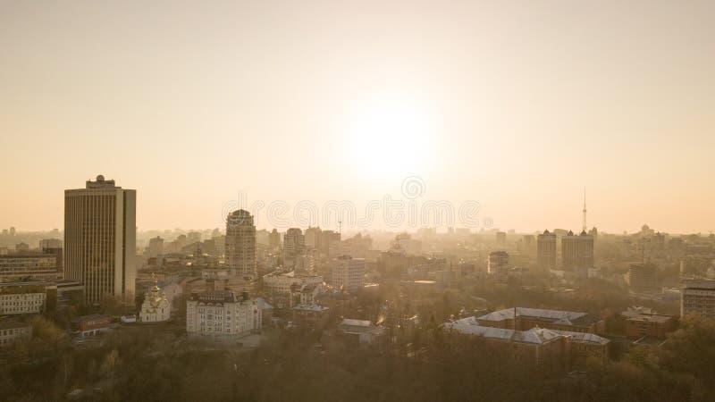 Linii horyzontu oka ptasi widok z lotu ptaka miasta Kyiv centrum na pięknym zmierzchu, Ukraina obrazy stock