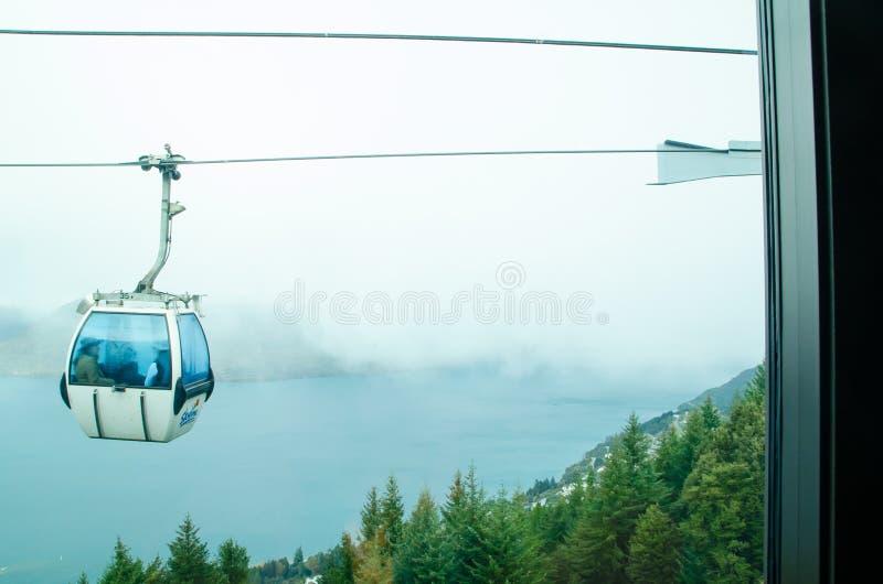 Linii horyzontu Queenstown gondola jest steepest wagonem kolei linowej niósł 450 metrów nad Queenstown Wakatipu i jezioro obrazy stock