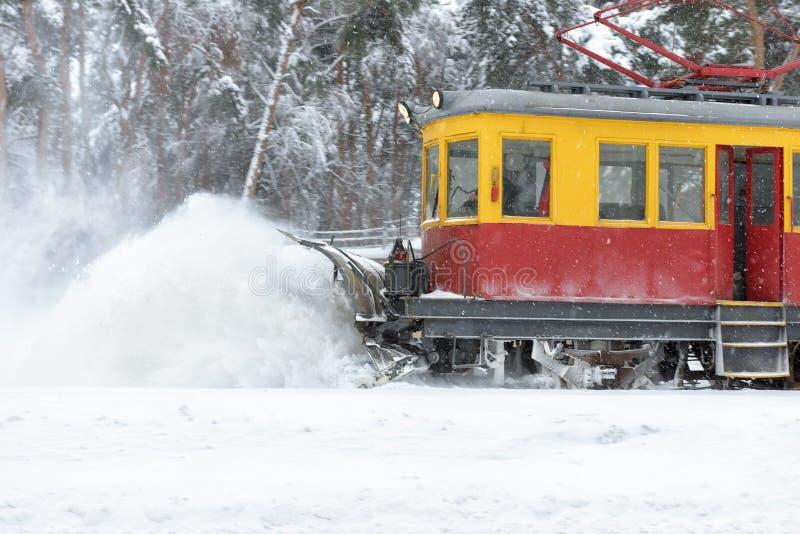 Linii kolejowej śnieżnego usunięcia wyposażenie podczas śnieżycy obrazy royalty free