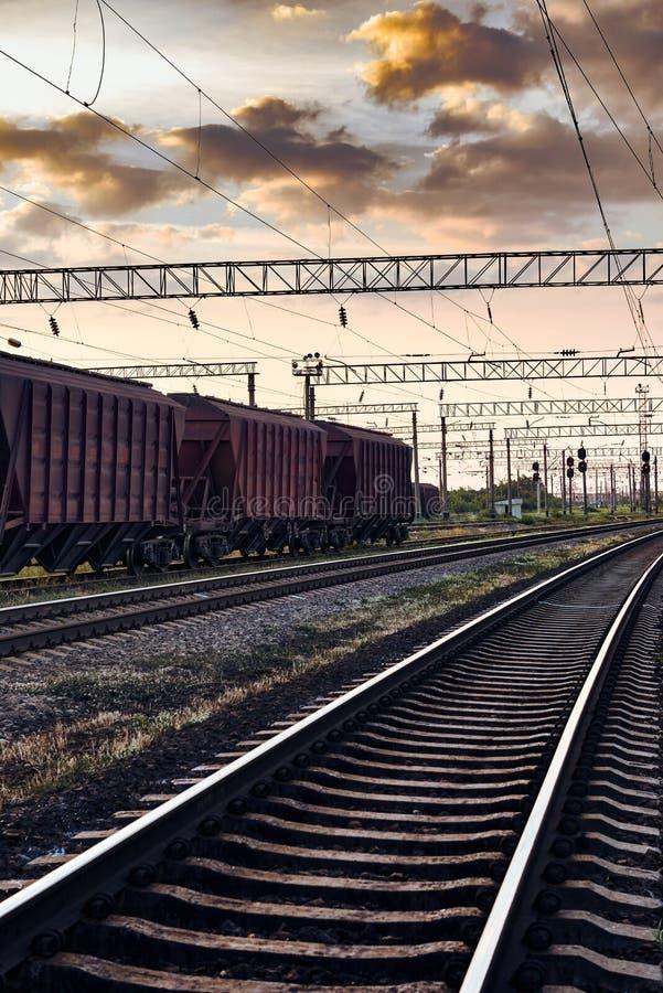 Linii kolejowej infrastruktura podczas pięknego zmierzchu, kolorowego niebo, lux-torpeda dla suchego ładunku, transport i przemys fotografia royalty free