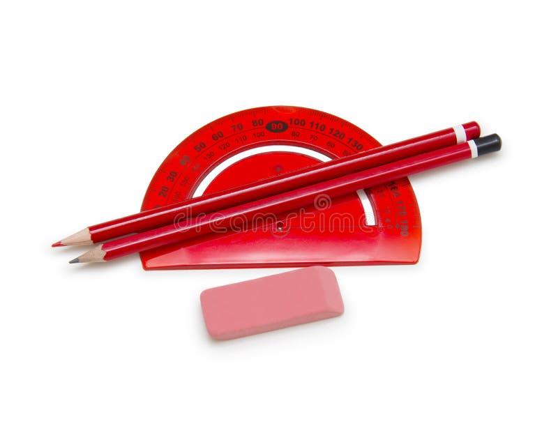 Linjal, blyertspennor och radergummi som isoleras på vit arkivfoton