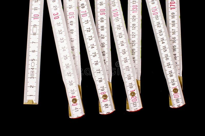 Linjal för snickare` som s isoleras på den svarta bakgrunden fotografering för bildbyråer
