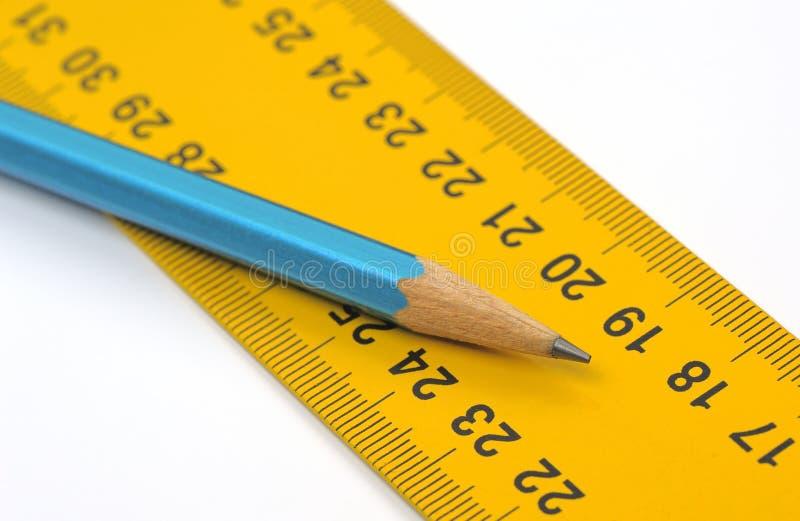 Linjal- och blyertspennacloseup royaltyfri bild