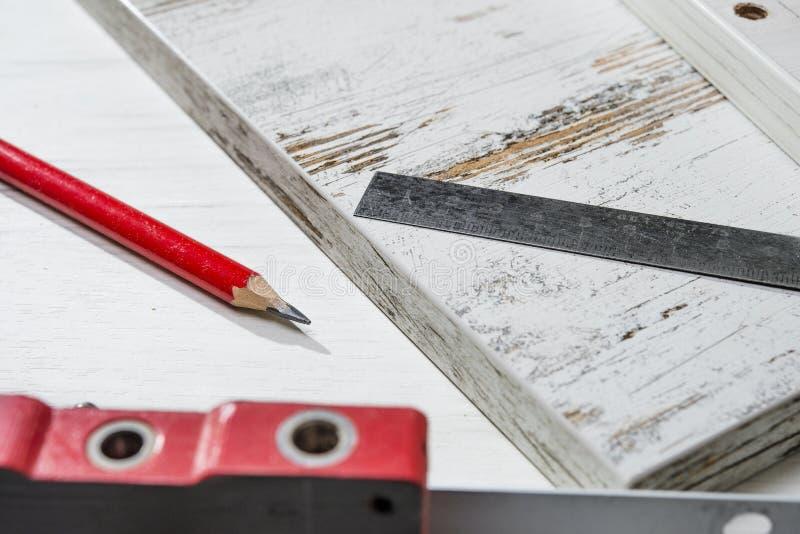 Linjal- och blyertspennalögn på brädet royaltyfria foton