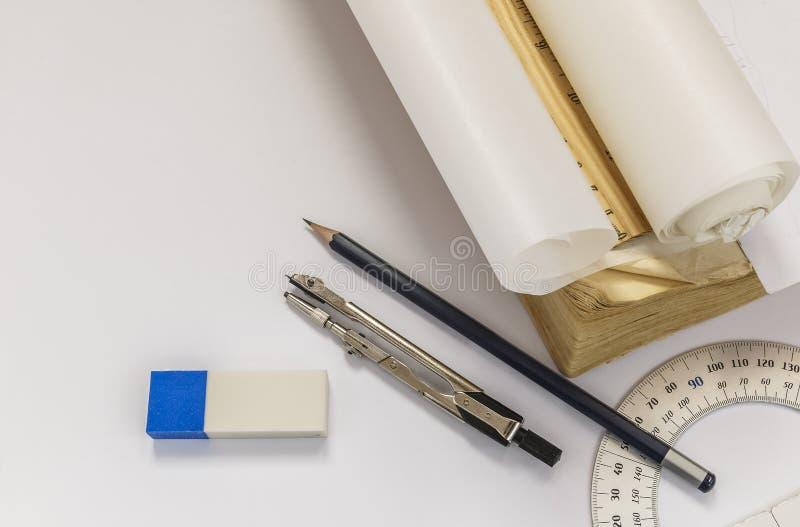 Linjal, passare, radergummi, gradskiva, blyertspenna och spåringspapper r royaltyfria foton