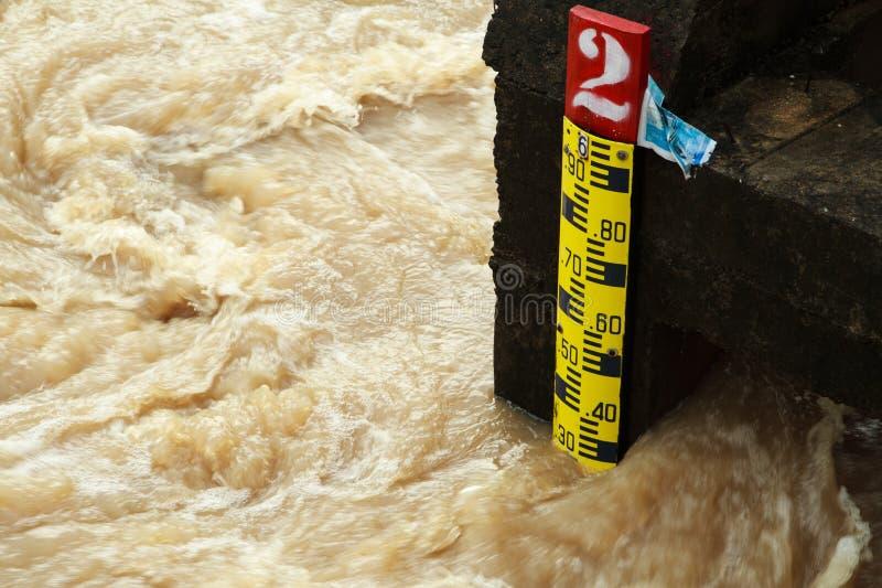 Linjal som indikerar höjden av vattnet royaltyfria foton