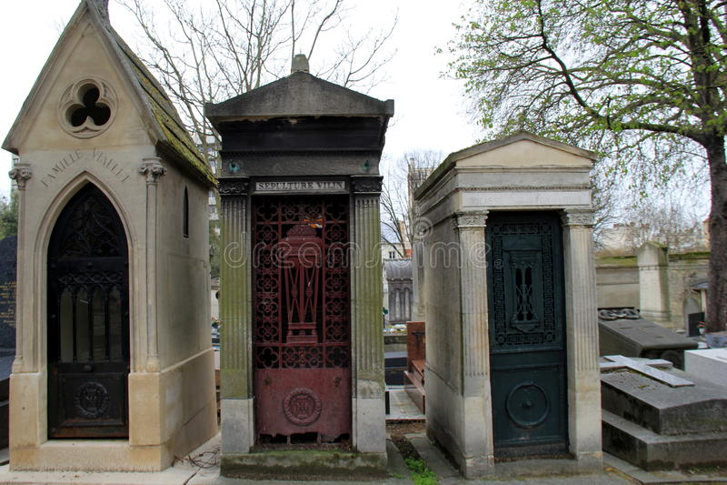 Linje av gravstenar i denberömmelse kyrkogården, Pere LaChaise Cemetery, Paris, Frankrike, 2016 royaltyfri fotografi