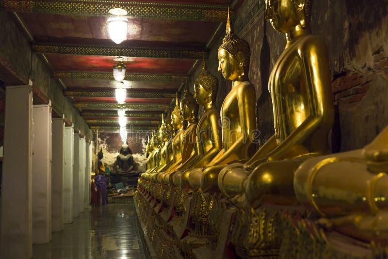 Linje av guld- statyer royaltyfria bilder