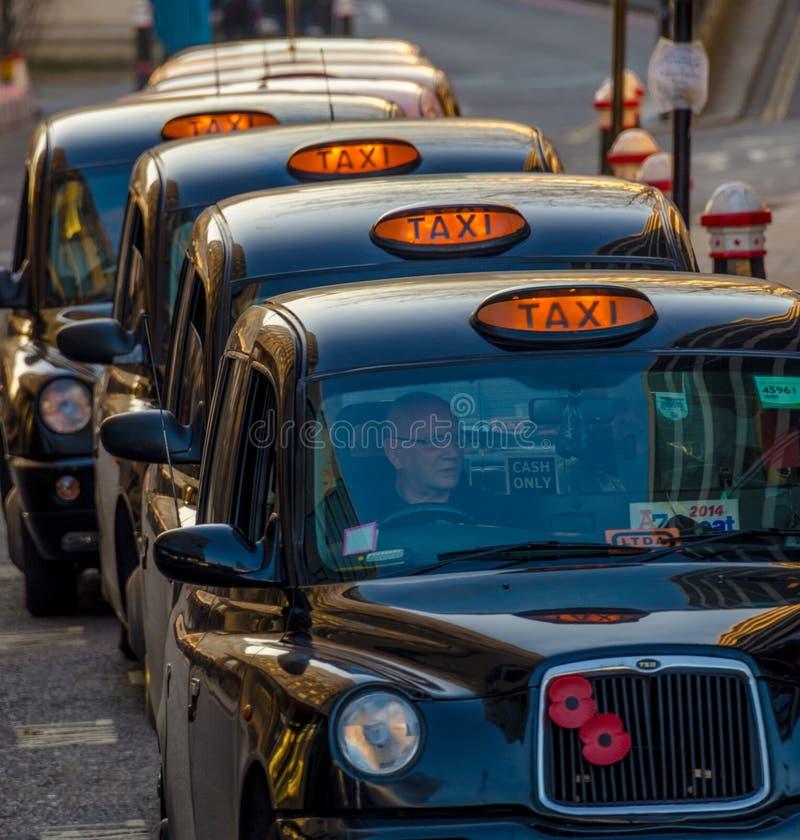 Linje av London taxitaxiar royaltyfri foto