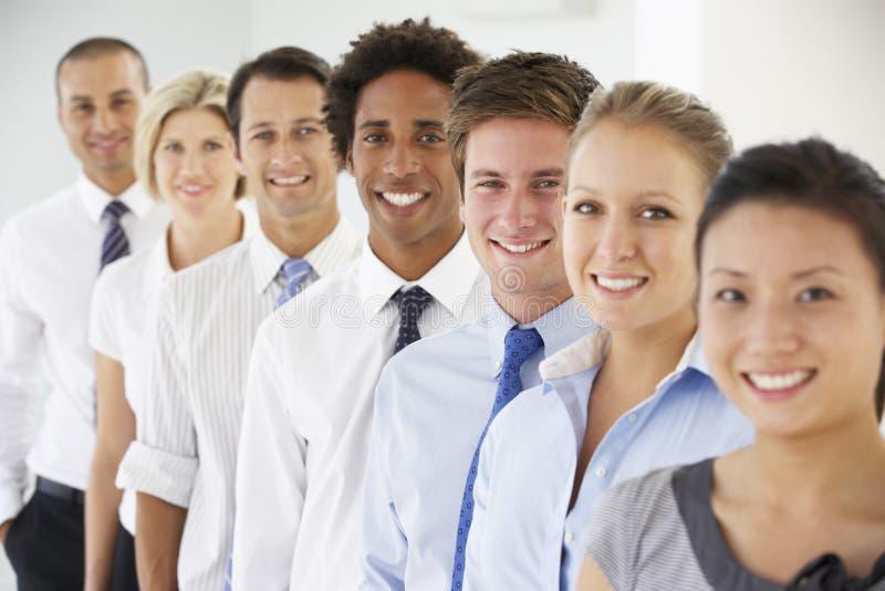 Linje av lyckligt och positivt affärsfolk arkivbild