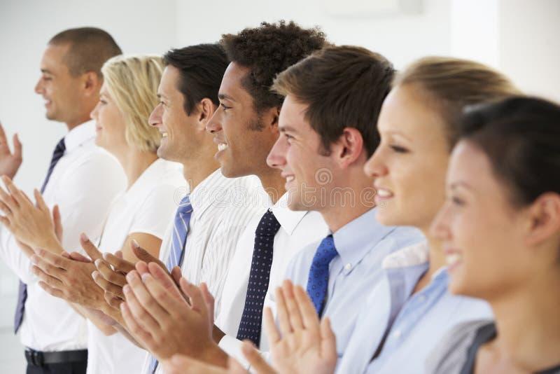 Linje av lyckligt och positivt applådera för affärsfolk royaltyfria foton
