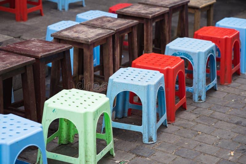 Linje av plast-stolar med suddighetsträtabellen på den asiatiska gatan Begrepp av att dricka te, kaffe och utomhus- hasnabbmat fotografering för bildbyråer
