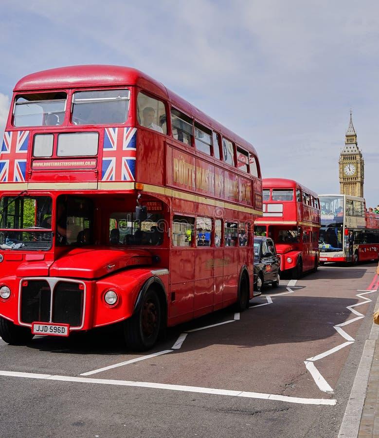 Linje av röd dubblett Decker Buses nära Big Ben - London fotografering för bildbyråer