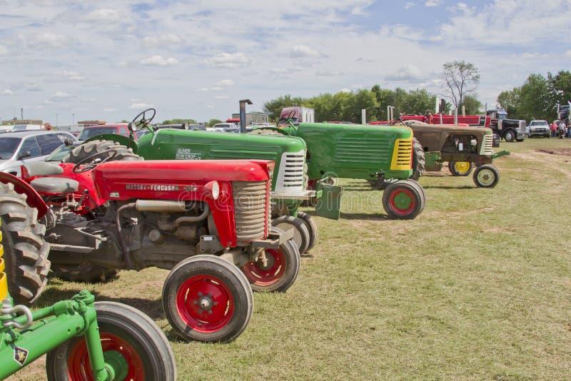 Linje av traktorer royaltyfria bilder