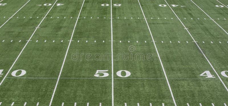 linje för gård 50 på grönt fotbollfält fotografering för bildbyråer